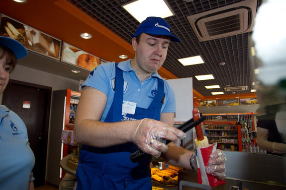 Процесс изготовления хот-дога на заправке