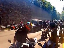 На ВИДЕО: стая мотоциклистов громит Range Rover, сбивший одного из них