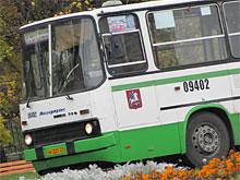 Маршрут московского автобуса меняют из-за лужи - ее придется объезжать по МКАД
