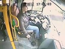Шофер автобуса в Китае выручил 26 пассажиров, когда в кабину влетел фонарный столб (ВИДЕО)